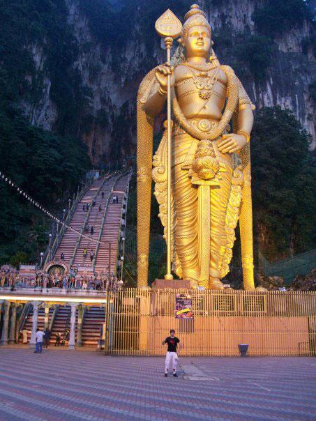 Statue géante dorée