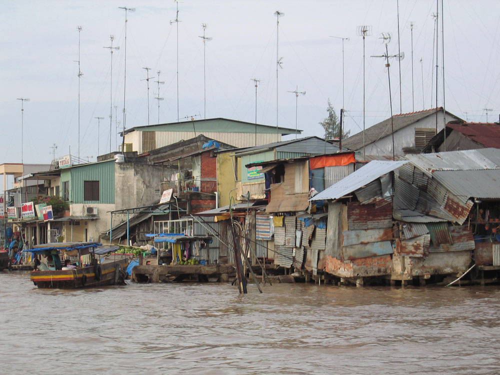 Bidonville au bord du Mékong