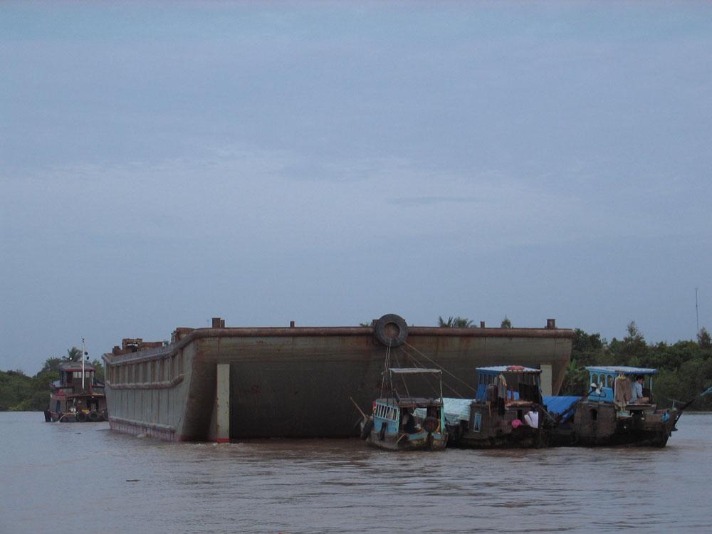 Cargos sur le Mékong