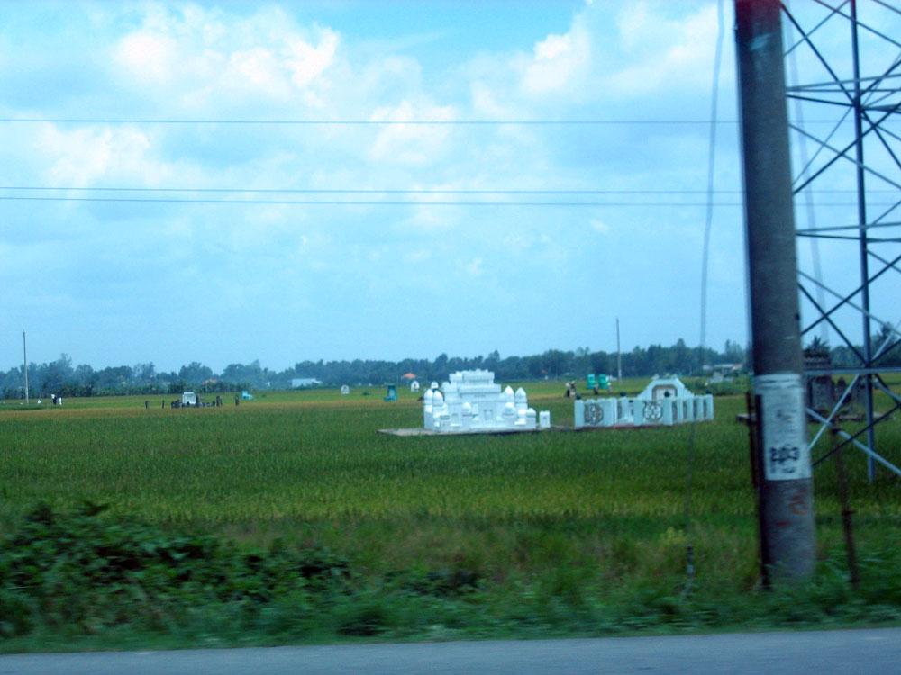Tombes au milieu des rizières