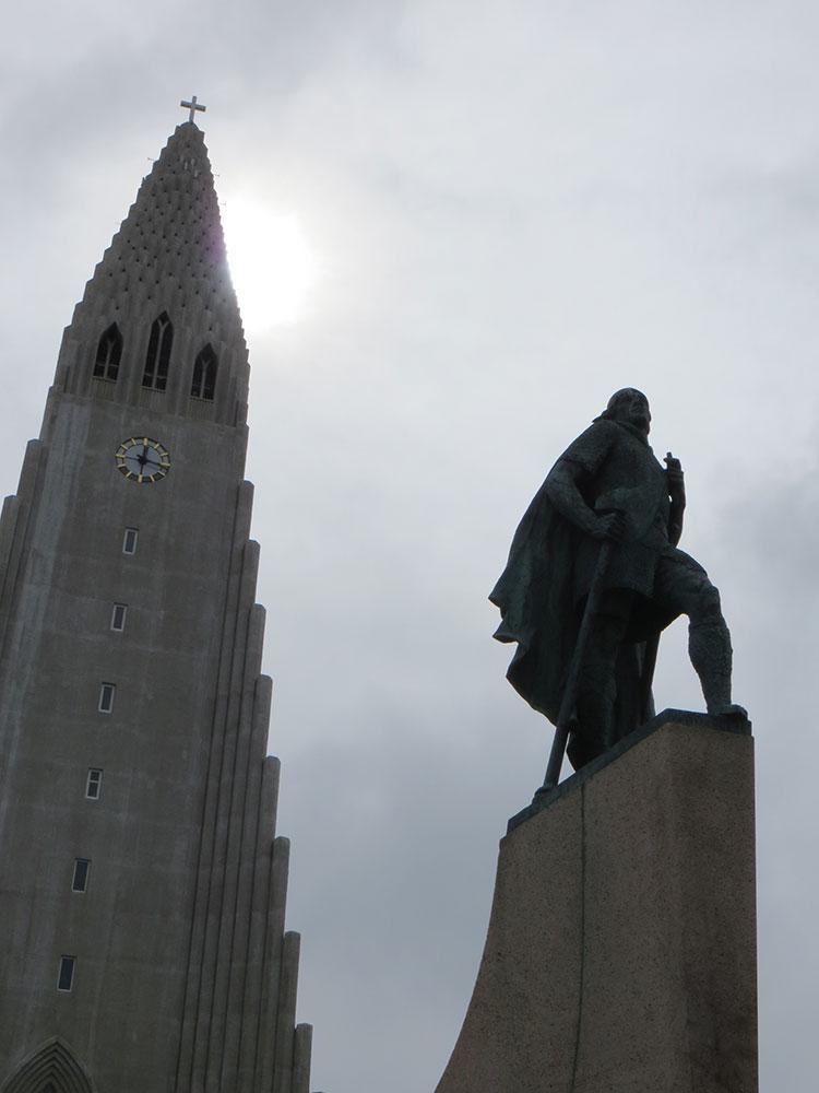 Statue de Leifur Eiríksson, découvreur de l'Amérique, devant la cathédrale Hallgrímskirkja