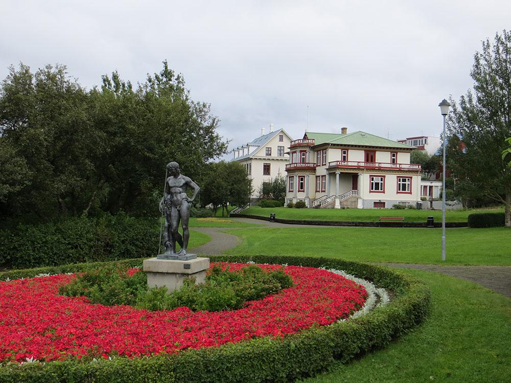 Maisons et statue dans la capitale islandaise