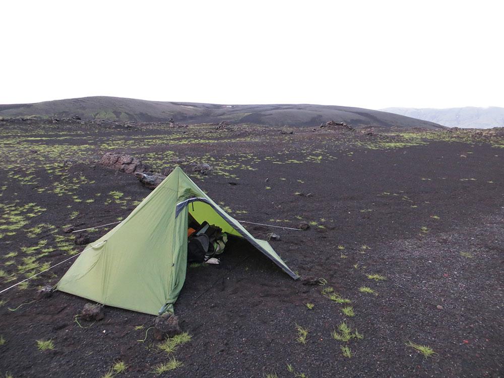 Planter sa tente près du volcan Hekla