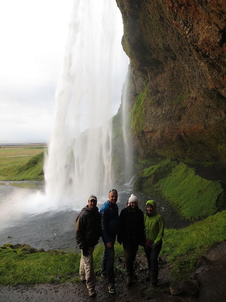 Derrière une cascade