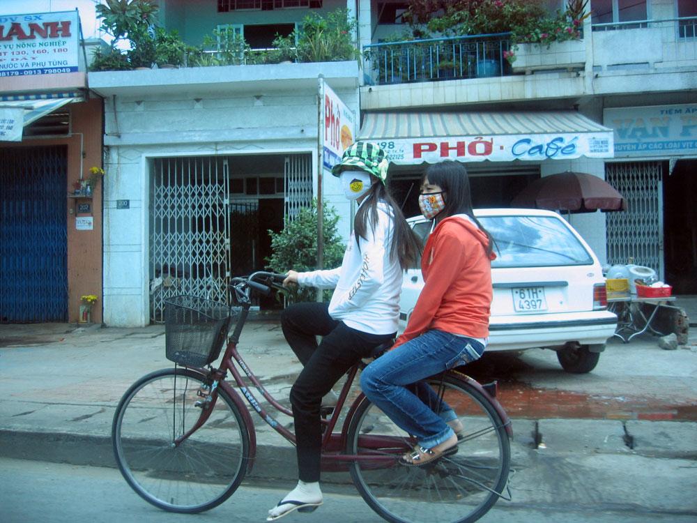 Filles en vélo au Vietnam