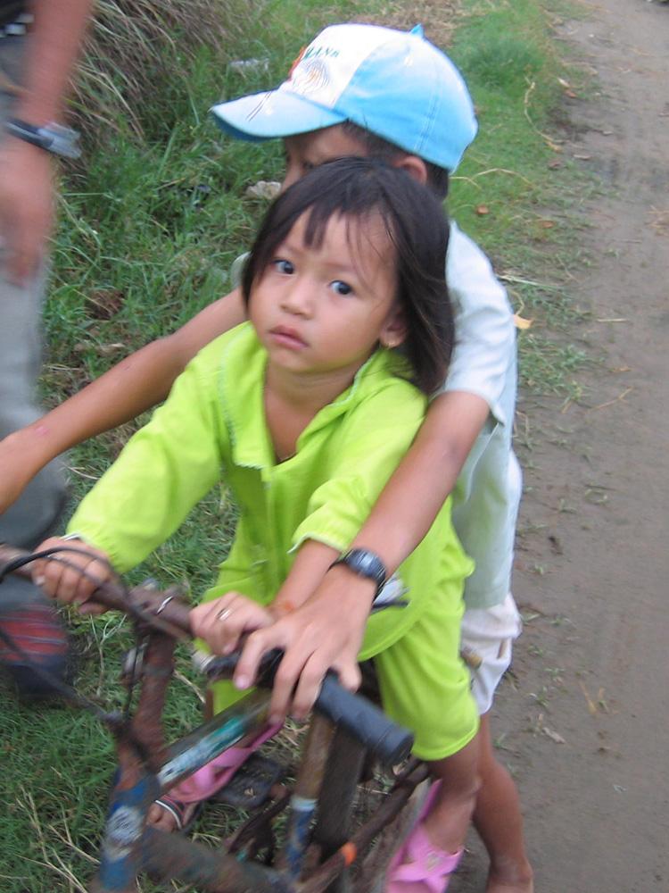 Enfants à vélo au Vietnam