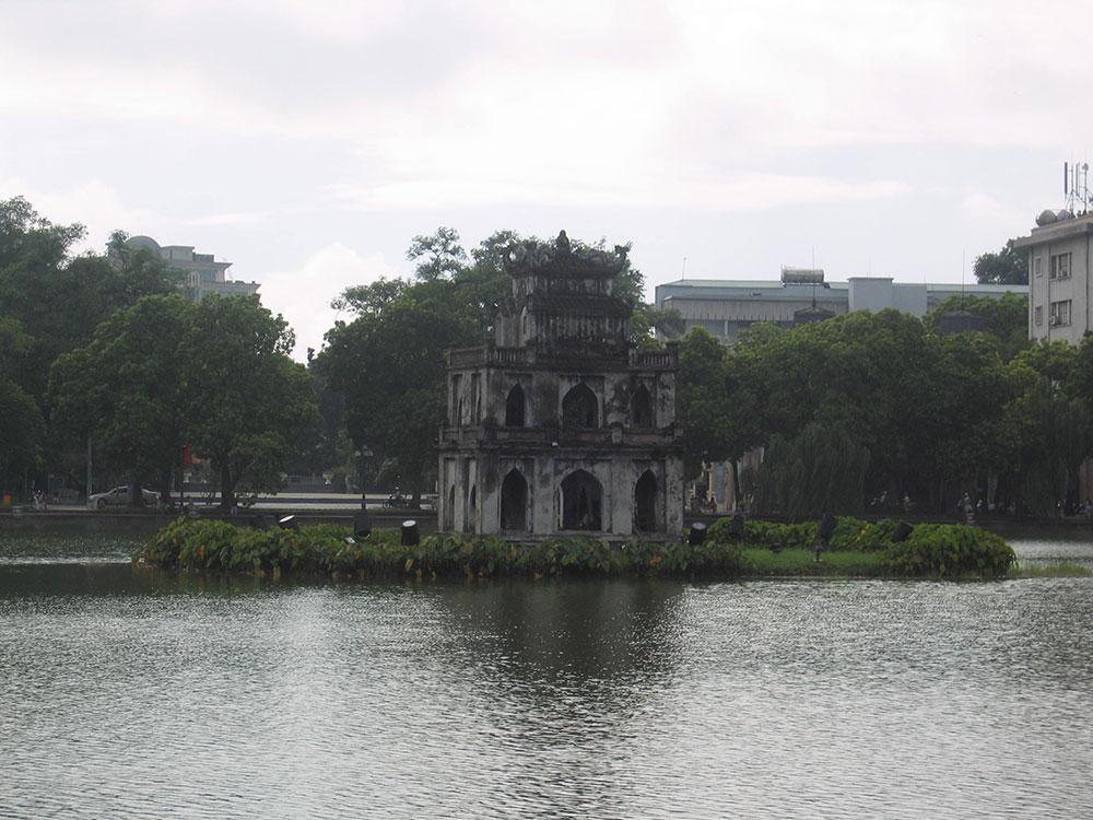 Ruines au milieu du lac d'Hanoi