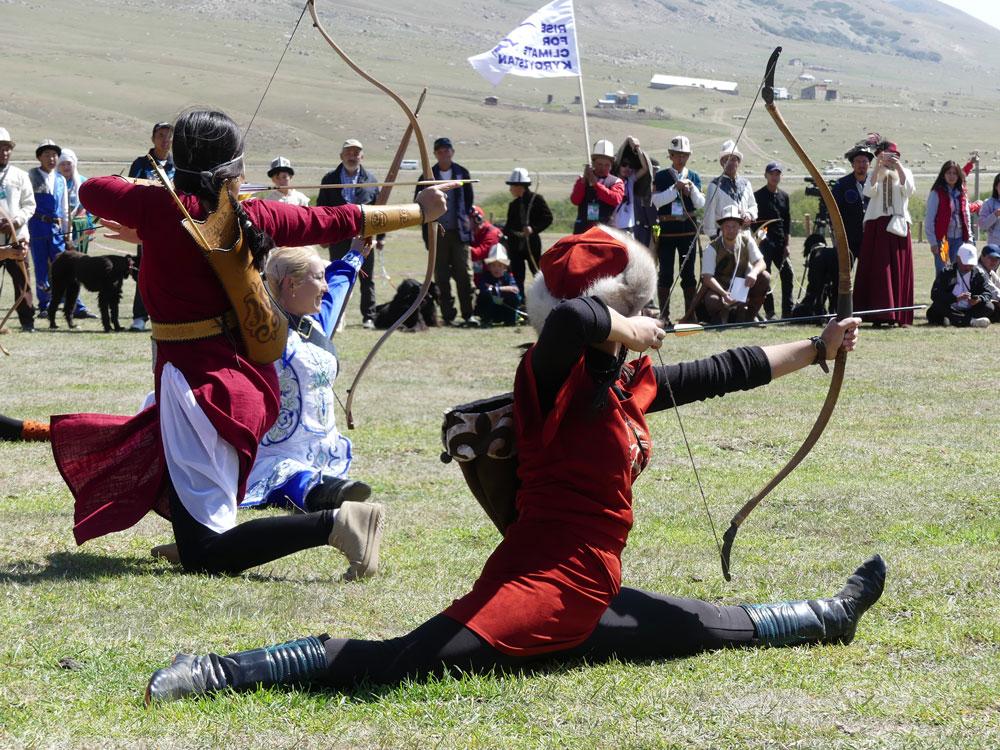 Femmes tirant à l'arc