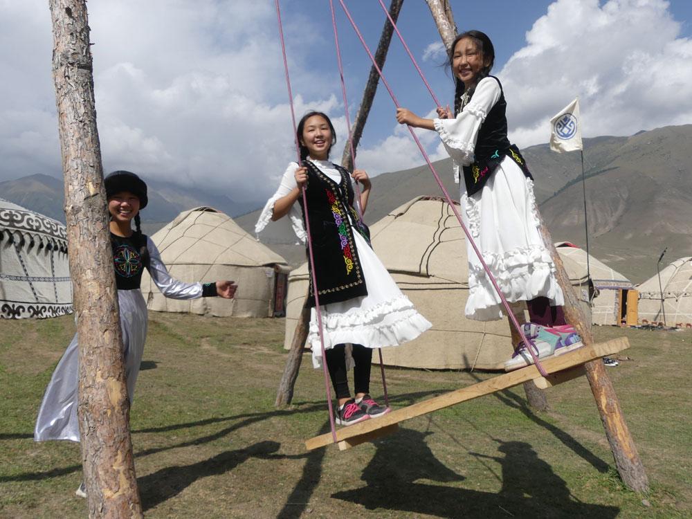 Balançoire et jeunes filles au Kirghizistan