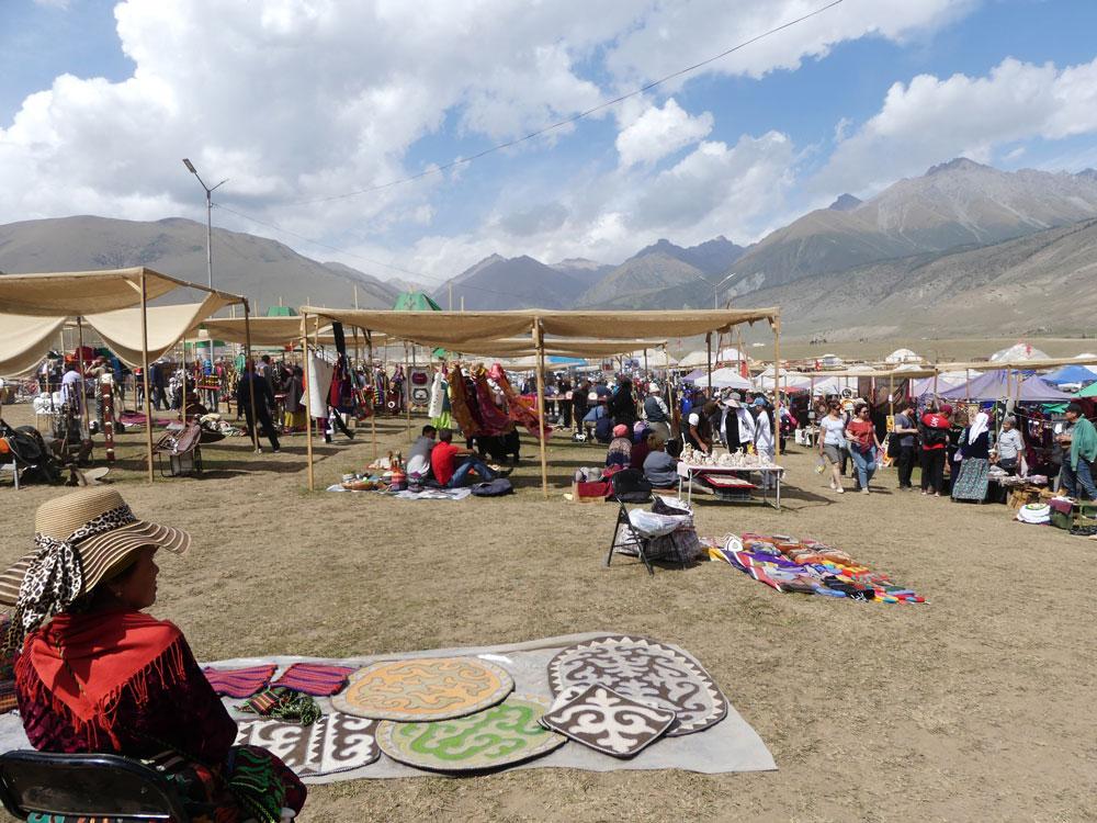 Bazar et souvenirs au Kirghizistan