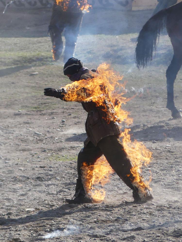 Homme en feu aux World Nomad Games